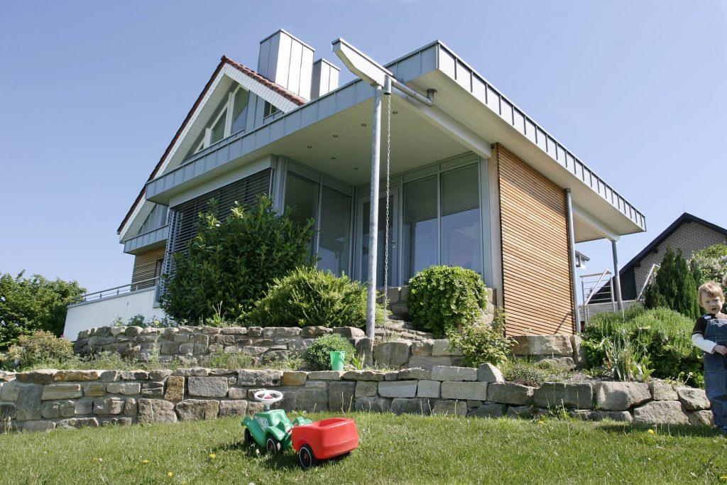 Bild: Ein Anbau kann sich im Stil an das bestehende Gebäude anschließen und schafft zusätzlichen Wohnraum. (Foto: Udo Förster Holzbau)